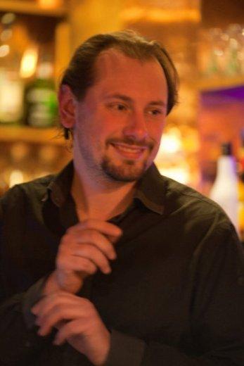 Clément sourit